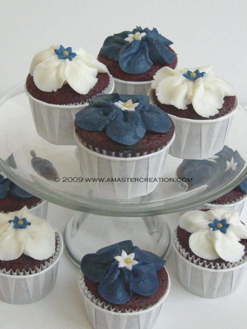 White & Blue flower cupcakes